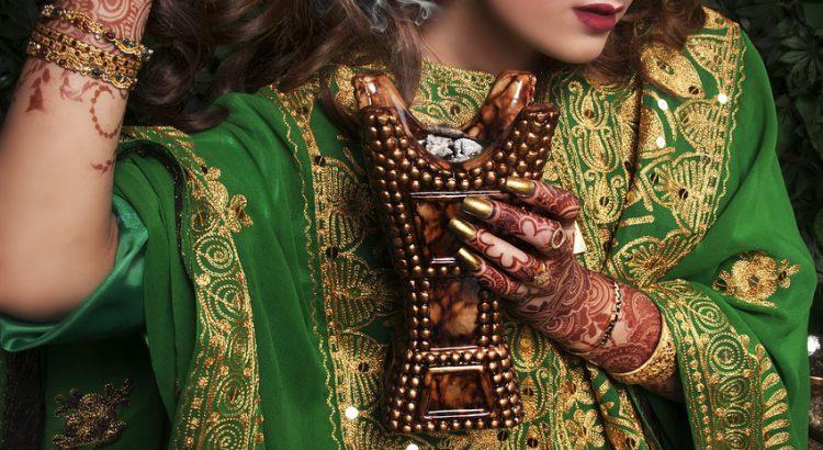 hinduska kobieta - piękne włosy z użyciem naturalnej henny